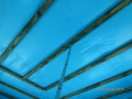 Gipskartondeckenunterkonstruktion aus Holzlattung, stark verschimmelt. Montage erfolgte vor Verlegung des Estrichs.