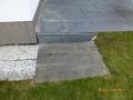 In der Außenanlage dieses repräsentativen Einfamilienhauses bestehen Plattenwege, die sich gesetzt hatten und Schäden aufweisen. Dokumentation vor Beginn der Baumaßnahmen auf dem wenige Meter entfernten Baugrundstück.