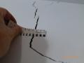 Zum Beispiel werden signifikante Risse und Schäden hierbei vom Baugutachter Jürgen Roloff durch Einzelfotos und Beschreibungen gesondert hervorgehoben. Zum Beispiel wurde diese klaffende Rissbildung im Gebäude- bestand vor Beginn der benachbarten Baulückenschließung festgestellt.